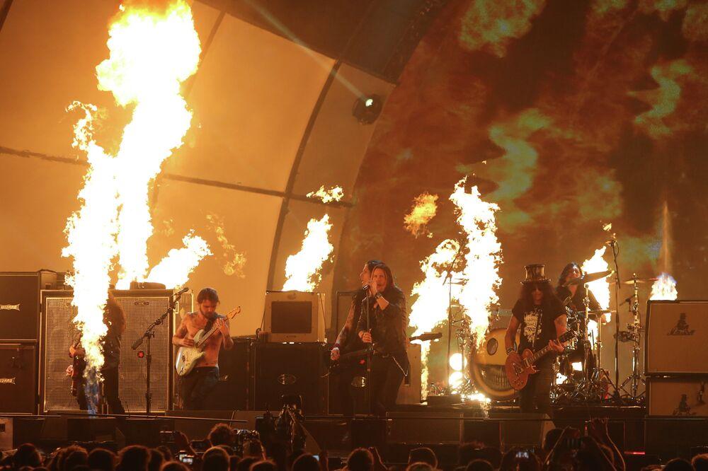 Simon Neil, Miles Kennedy and Slash speak at the ceremony of MTV Europe Music Awards - 2014