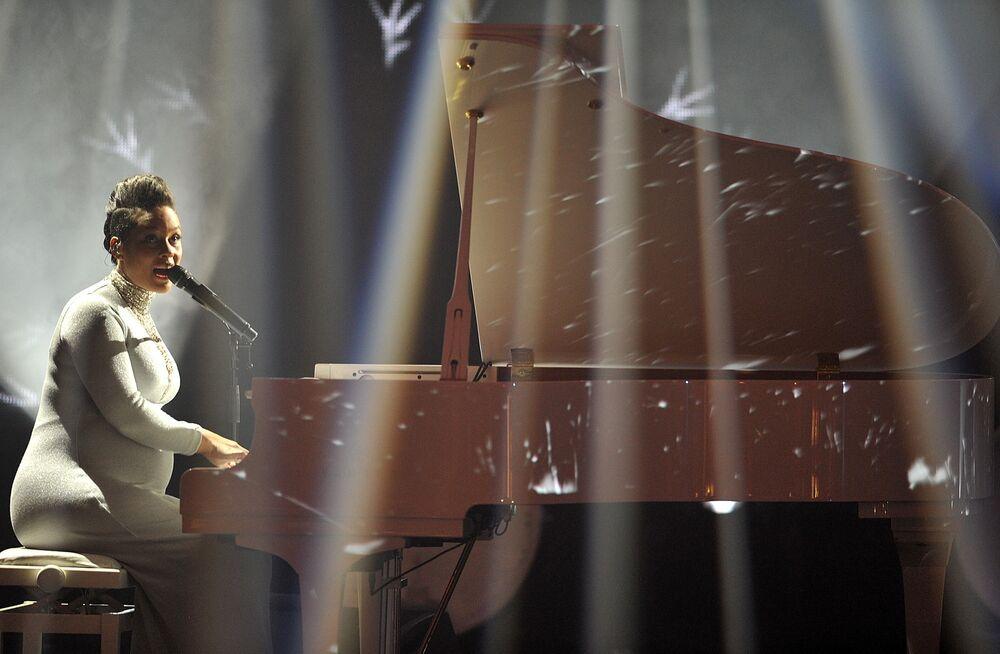 Alicia Keys at the ceremony of MTV Europe Music Awards - 2014