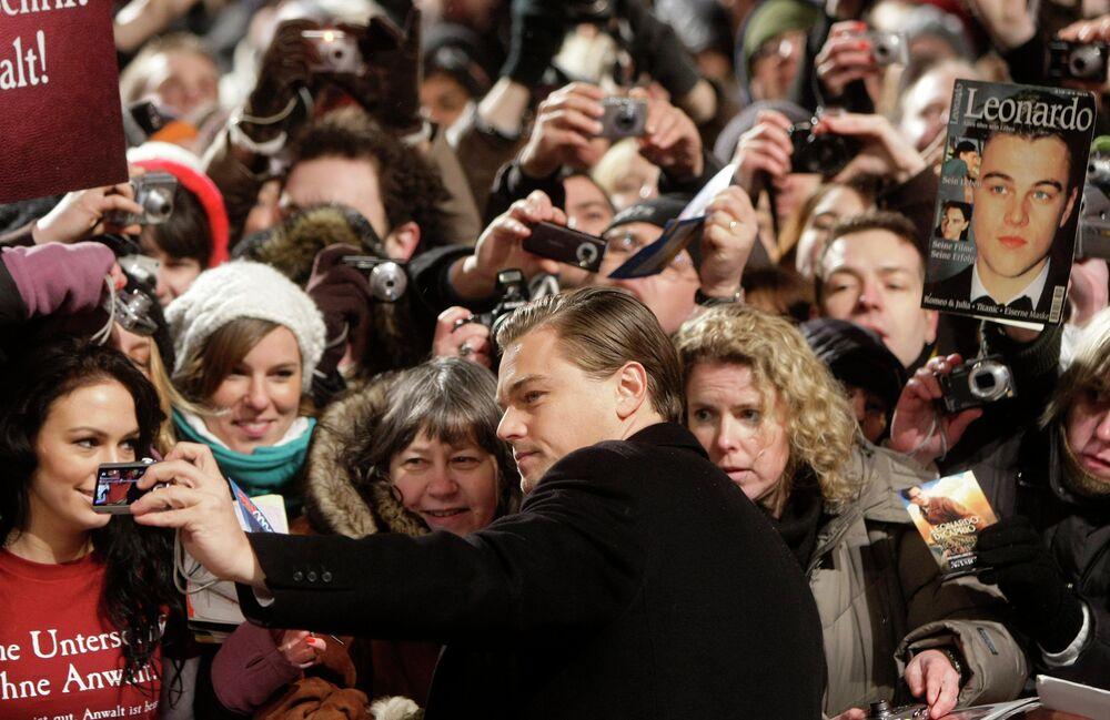 Американский актер Леонардо Ди Каприо фотографируется с поклонниками