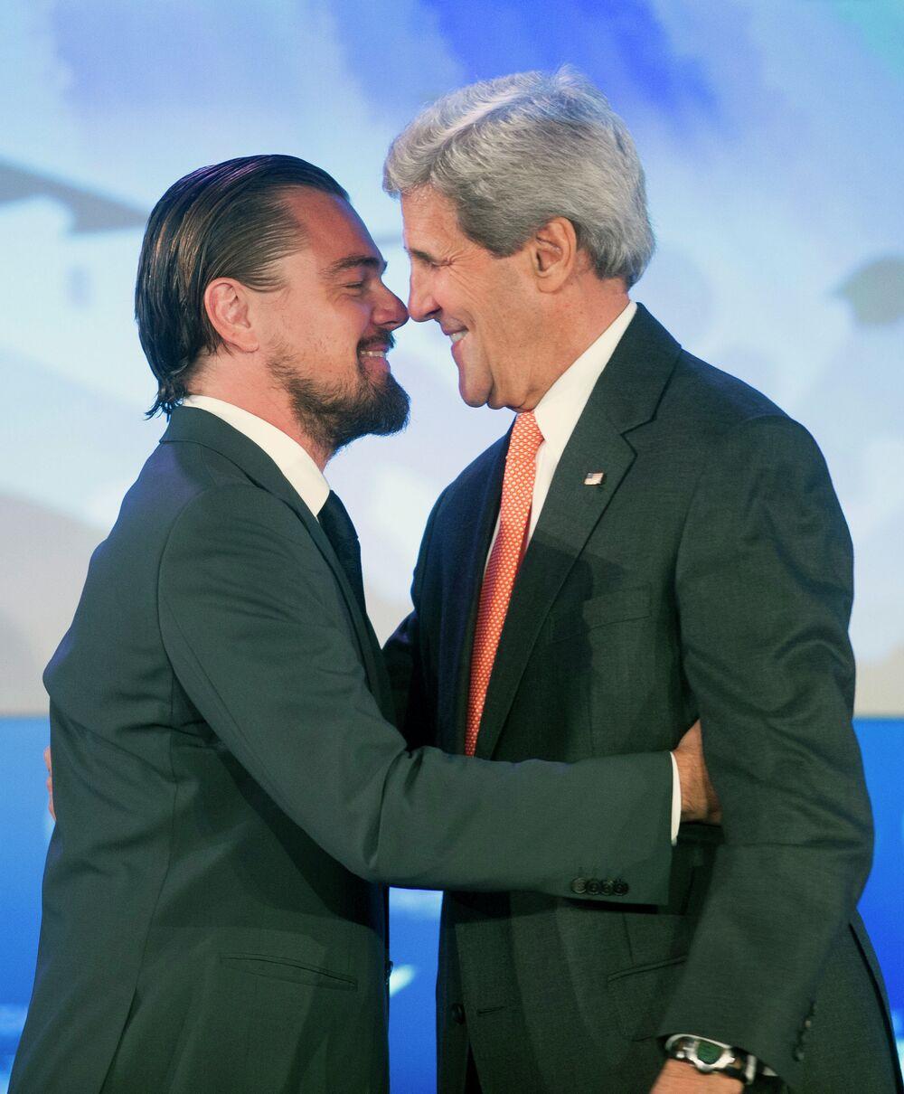 Госсекретарь Джон Керри обнимает актера Леонардо Ди Каприо после его выступления