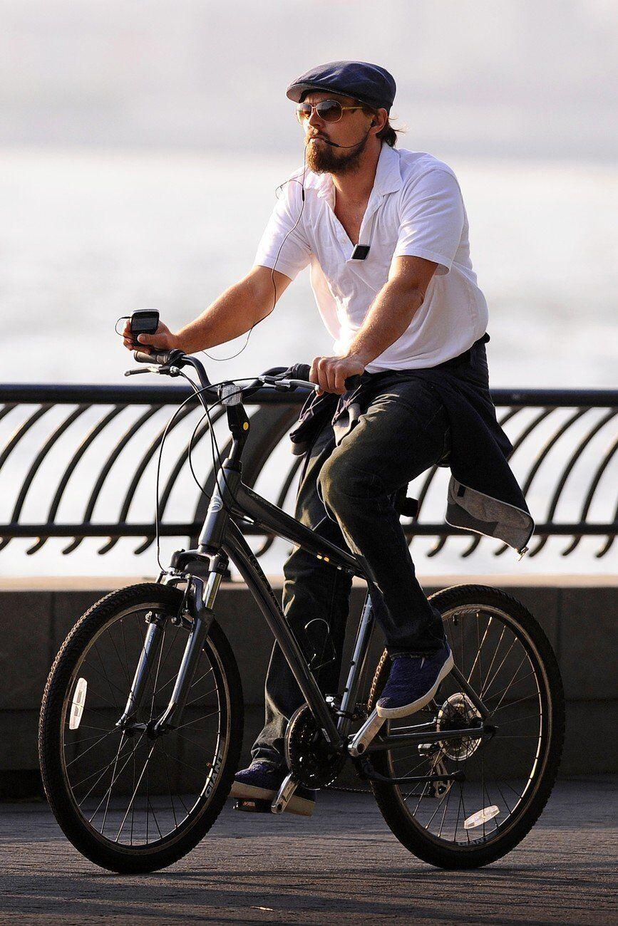 Актер Леонардо Ди Каприо на велосипеде в Нью-Йорке
