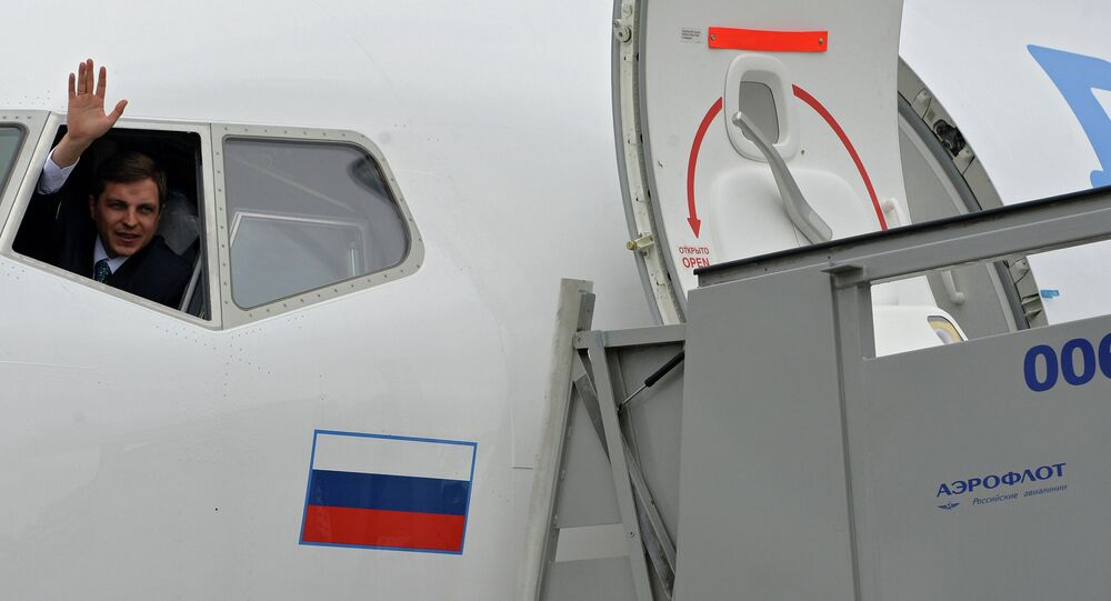 Commander of the Dobrolyot airliner waving his hand from the cabin at the Sheremetyevo airport, June 10, 2014