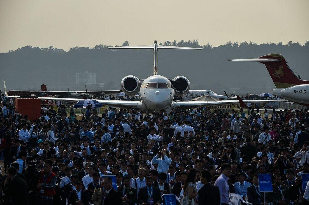 Посетители на церемонии открытия Китайского авиасалона в Чжухае