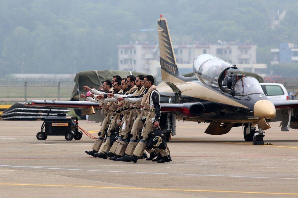 Летчики на авиасалоне в Китае