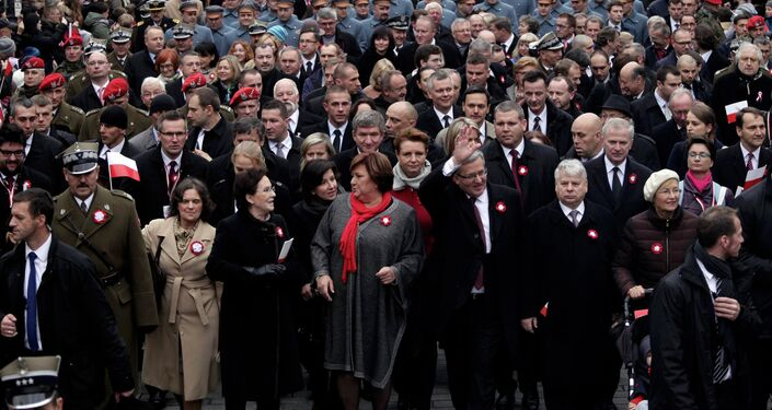 Poland's President Bronislaw Komorowski and his wife Anna (C) walk together with officials during the Independence Day celebrations in Warsaw November 11, 2014