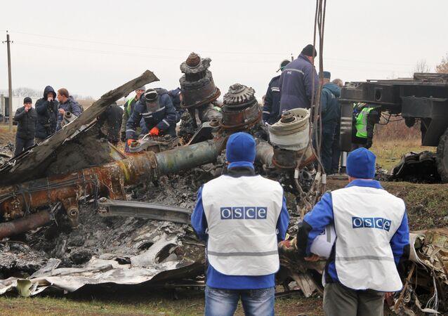 Dutch experts begin collecting debris from MH17 crash site in eastern Ukraine