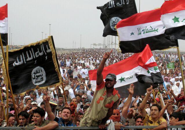 Sunni protesters wave Islamist flags