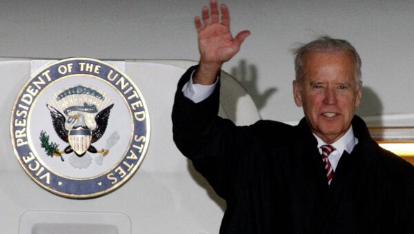 U.S. Vice President Joe Biden waves upon his arrival at Boryspil International airport outside Kiev November 20, 2014 - Sputnik International