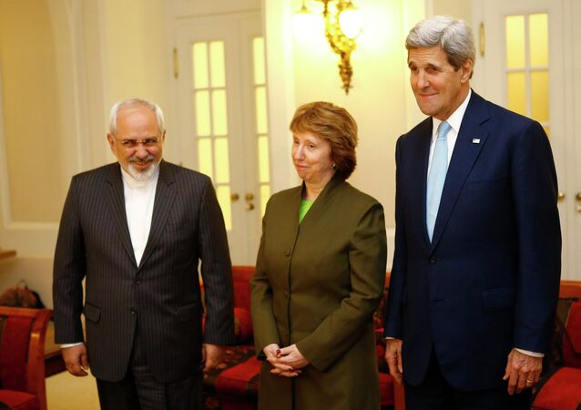 U.S. Secretary of State John Kerry (R), Iranian Foreign Minister Javad Zarif (L) and EU envoy Catherine Ashton pose for photographers before a meeting in Vienna November 20, 2014