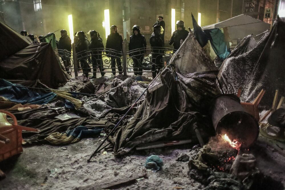 Internal security troops begin storming protester's camp on the Maidan