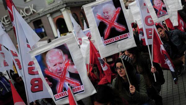 Left wing demonstrators hold anti-U.S. banners during a protest against the visit of U.S. Vice President Joe Biden, in central Istanbul November 22, 2014 - Sputnik International