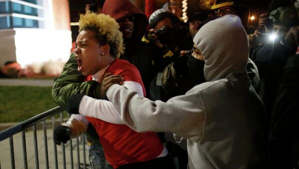 A woman approaches the barricade to confront the police outside the Ferguson Police Department in Ferguson, Missouri - Sputnik International