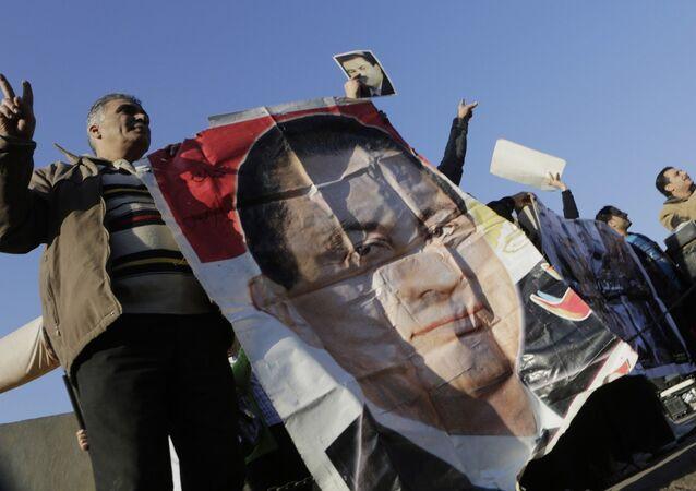 Supporters of former Egyptian President Hosni Mubarak