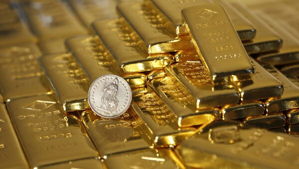 Gold bars and a Swiss Franc coin are seen in this illustration picture taken at the Austrian Gold and Silver Separating Plant 'Oegussa' in Vienna, 7 November 2014 - Sputnik International