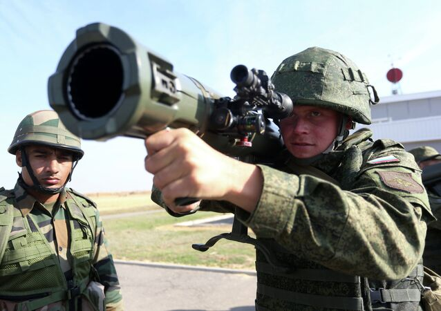 Russian and Indian soldiers during the joint anti-terrorist Russian-Indian drills, Indra-2014