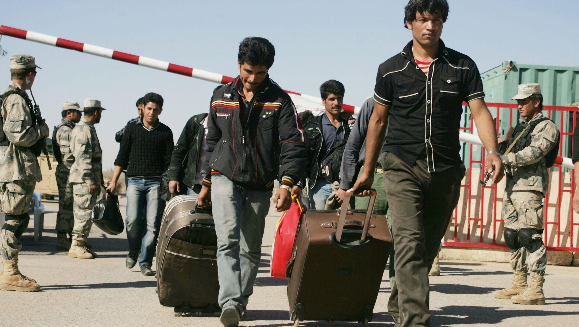 Afghan refugees enter Afghan territory after leaving Iran at the Islam Qala border crossing in Kohsan, Herat, west of Kabul, Afghanistan, Sunday, Nov.11, 2012 - Sputnik International, 1920, 05.08.2021