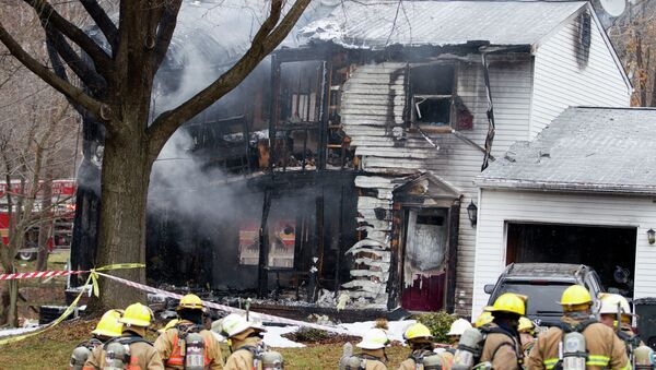 Firefighters stand outside a house in Gaithersbug, Md., Monday, Dec. 8, 2014, where a small plane crashed - Sputnik International