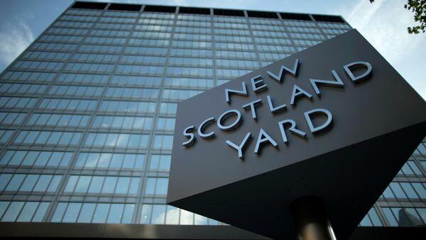 A sign rotates outside New Scotland Yard - Sputnik International