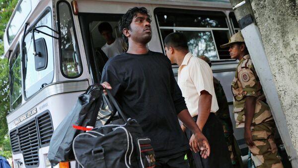 A deported Sri Lankan disembarks from a bus outside a court in Negombo, Sri Lanka - Sputnik International