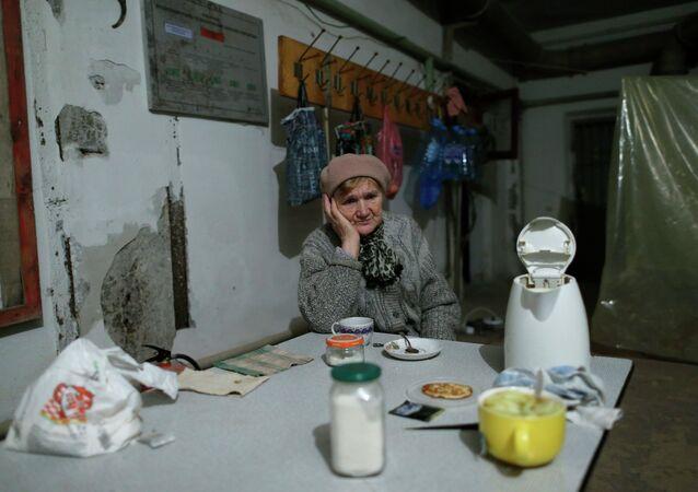Беженка сидит в убежище в северной части Донецка 20 ноября 2014 года