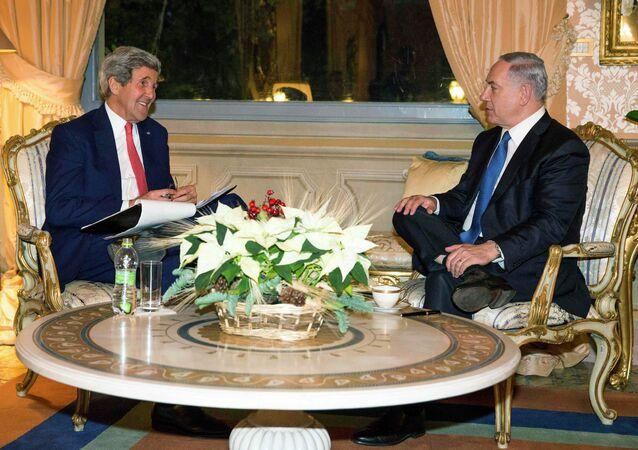 U.S. Secretary of State John Kerry (L) meets with Israeli Prime Minister Benjamin Netanyahu