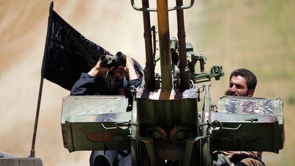 Islamist Syrian rebel group Jabhat al-Nusra members lookout for warplanes loyal to Syria's president Bashar Al-Assad on Al-Khazan frontline of Khan Sheikhoun, northern Idlib province May 17, 2014. - Sputnik International