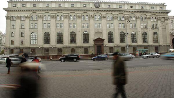 People pass by National Bank of the Republic of Belarus head building in the capital Minsk - Sputnik International