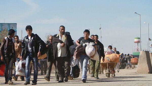 Afghan refugees enter Afghan territory after leaving Iran at the Islam Qala border crossing in Kohsan, Herat, west of Kabul, Afghanistan, Sunday, 11 November 2012. - Sputnik International
