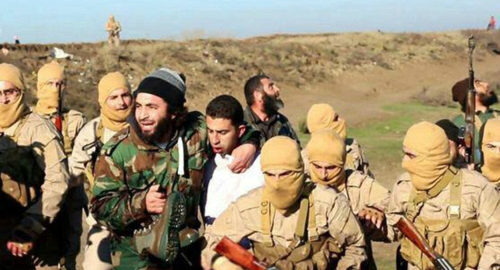 Мembers of the Islamic State group with the captured Jordanian pilot, center, wearing a white shirt, in Raqqa, Syria