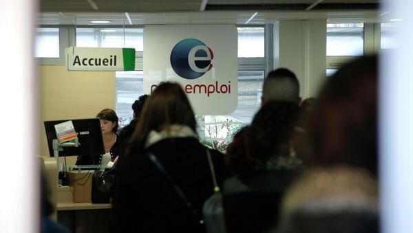People queue at a job center in Paris, France, Tuesday, Dec. 9, 2014 - Sputnik International