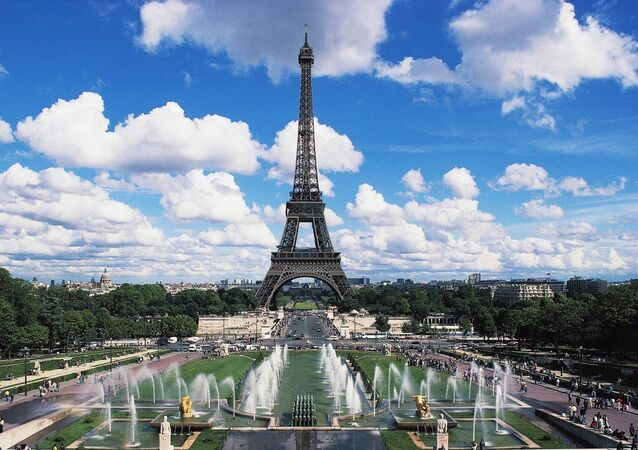 The Eiffel tower and fountains of the Trocadero, Paris, Ile-de-France, France.