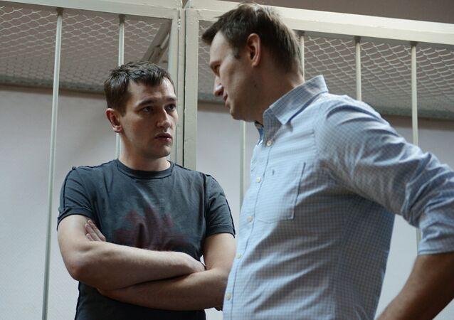 Alexei Navalny (R) and Oleg Navalny