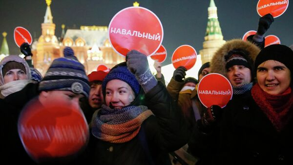Supporters of Russian opposition leader and anti-corruption blogger Alexei Navalny hold a rally in protest against court verdict at Manezhnaya Square in Moscow December 30, 2014 - Sputnik International