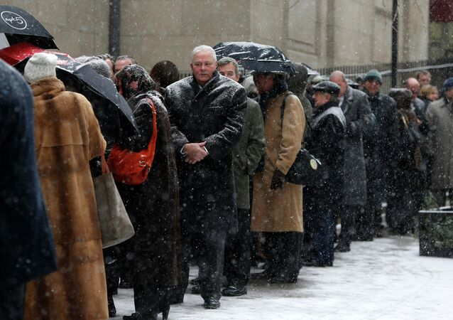 Mourners wait in line in the snow to enter St. Ignatius Loyola Church, before the funeral service for former New York Governor Mario Cuomo in the Manhattan borough of New York, January 6, 2015. Cuomo, the three-time governor of New York and a leading voice of the Democratic Party's liberal wing who turned down several invitations to seek the U.S. presidency, died on January 1 at his home in Manhattan. He was 82.