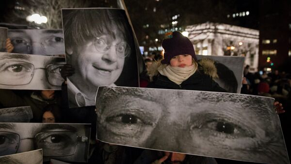Mourners hold signs depicting the eyes of victims during a rally in support of Charlie Hebdo, a French satirical weekly newspaper that fell victim to an terrorist attack, Wednesday, Jan. 7, 2015 - Sputnik International