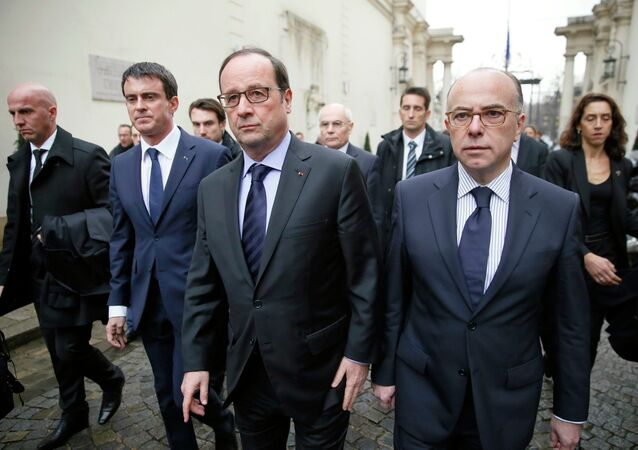 French President Francois Hollande (C) arrives with Prime Minister Manuel Valls (2ndL) and Interior Minister Bernard Cazeneuve to hold a crisis meeting with French prefects at the Interior Ministry in Paris January 9, 2015