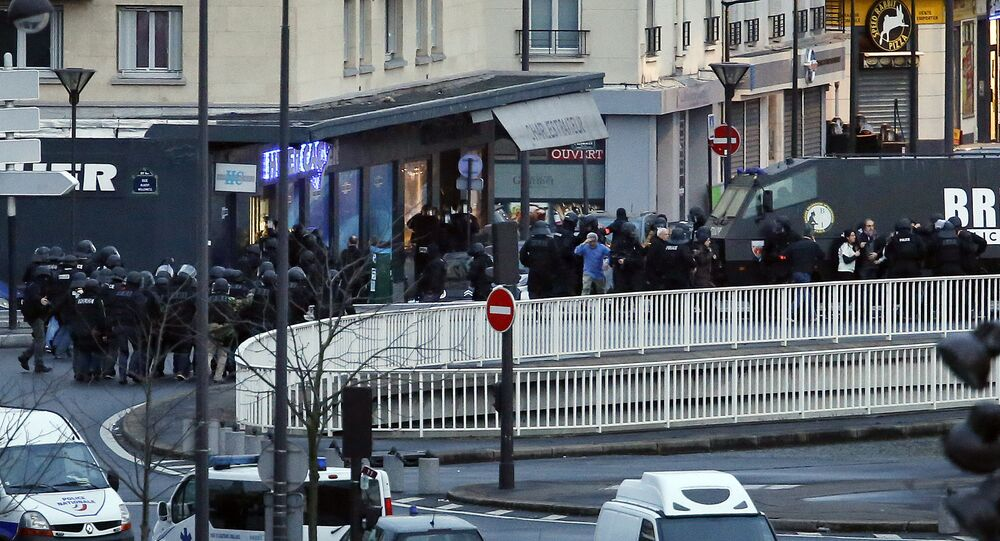 A photo taken on January 9, 2015 shows a general view of members of the French police special forces launching the assault at a kosher grocery store in Porte de Vincennes, eastern Paris