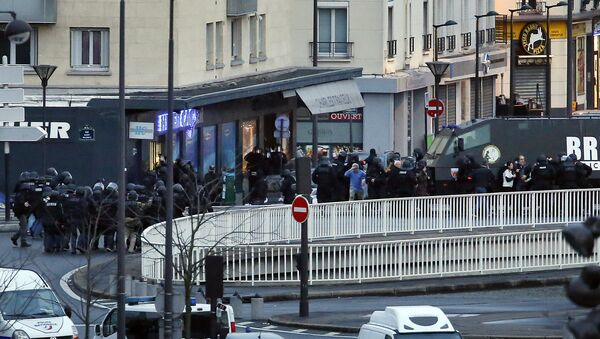 A photo taken on January 9, 2015 shows a general view of members of the French police special forces launching the assault at a kosher grocery store in Porte de Vincennes, eastern Paris - Sputnik International