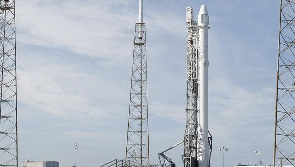 A Falcon 9 rocket carrying the SpaceX Dragon spacecraft - Sputnik International