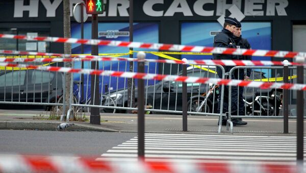 Two police officers stand guard a day after a terrorist attack on a kosher market in Paris, France, Saturday, Jan. 10, 2015. - Sputnik International