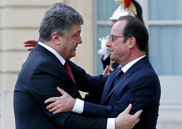 French President Francois Hollande (R) welcomes Ukrainian President Petro Poroshenko (L) at the Elysee Palace before attending a solidarity march (Marche Republicaine) in the streets of Paris January 11, 2015.