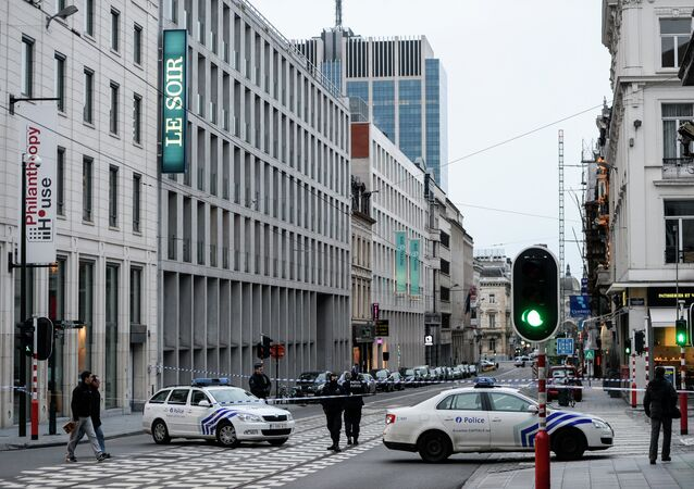 Police cordon off the street on January 11, 2015 in Brussels outside the offices of the Belgian newspaper Le Soir that republished cartoons from the French satirical magazine Charlie Hebdo after the building was evacuated following an anonymous bomb threat