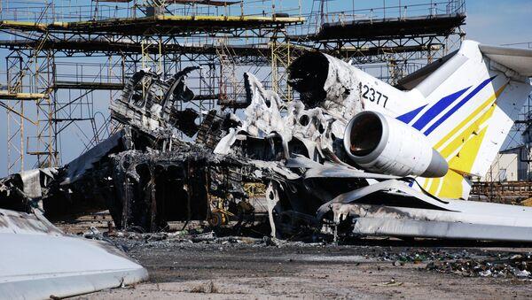 A burned plane at Donetsk airport - Sputnik International