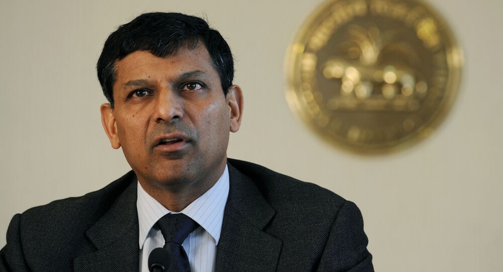 Reserve Bank of India (RBI) governor Raghuram Rajan announces the first bi-monthly Monetary Policy Statement 2014-15 at the RBI headquarters in Mumbai on April 1, 2014