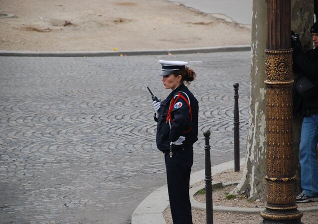 Policewoman in Paris. Archiv photo