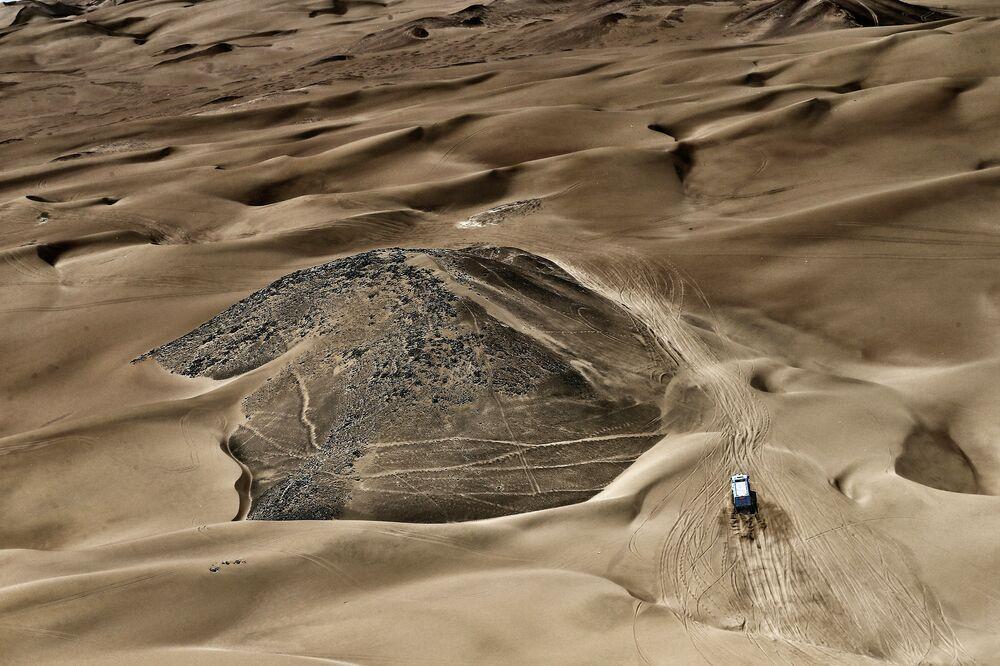 A team KAMAZ-master crew crosses the sandy Atacama Desert during the Dakar 2015 rally