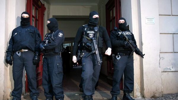 German special police units stand in front of an entrance of an apartment building in the Wedding district in Berlin January 16, 2015 - Sputnik International