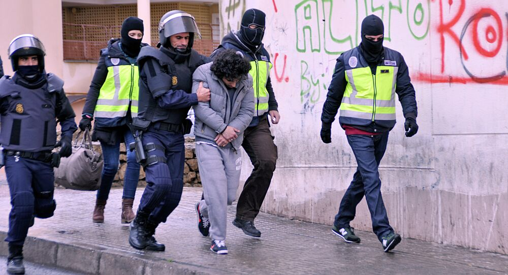 Policemen arrest a suspect of belonging to a jihadist cell in the Spanish city of Melilla on March 14, 2014