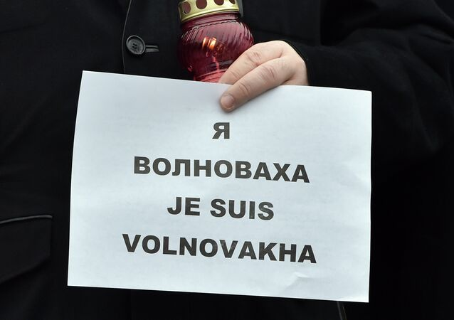 Ukrainian President Petro Poroshenko holds a placard reading Je suis Volnovakha (''I am Volnovakha'') during a rally on Independence Square in Kiev on January 18, 2015