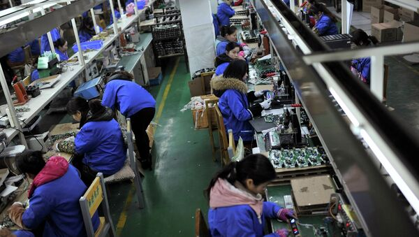 Employees assemble electronic components - Sputnik International